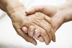 Idős és fiatal kéz