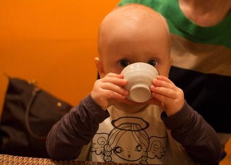 Kisgyerek csészével