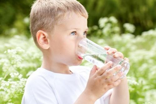 Hogyan vegyem rá a gyereket, hogy igyon?