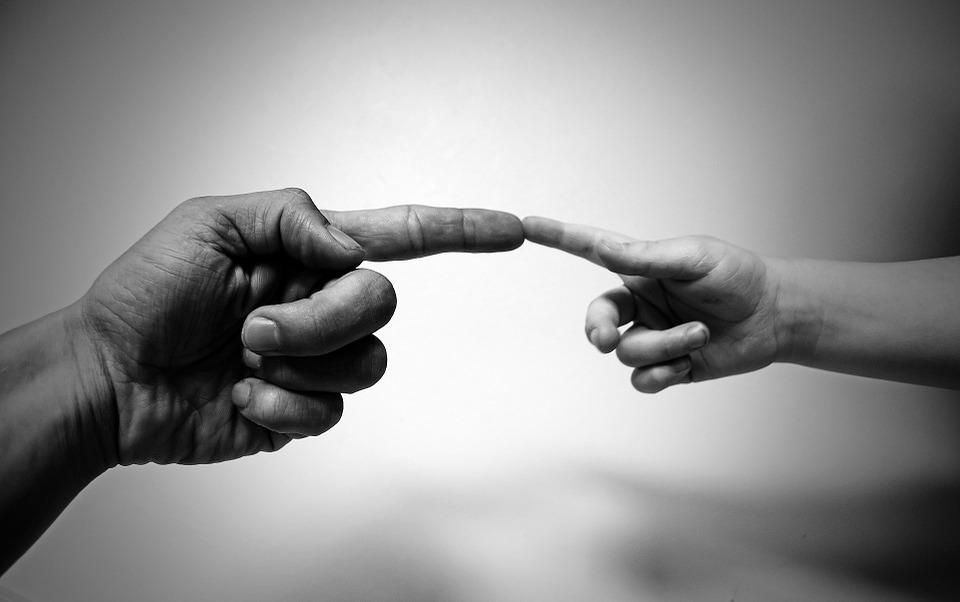 Felnőtt és gyerek kéz