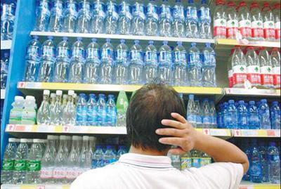 Palackozott víz a boltban