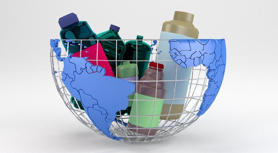 Műanyag palackok kosárban