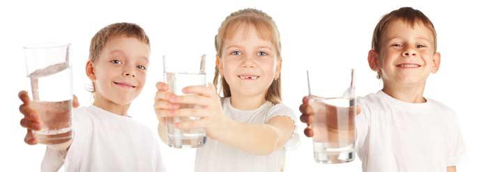 Három gyerek vízzel